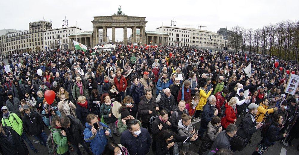 У Берліні протестують проти карантинних обмежень: фото, відео (оновлено) - фото 3