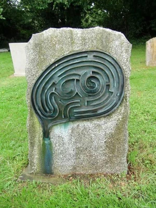 Странные, душераздирающие и забавные - 25 необычных надгробий со всего мира - фото 2