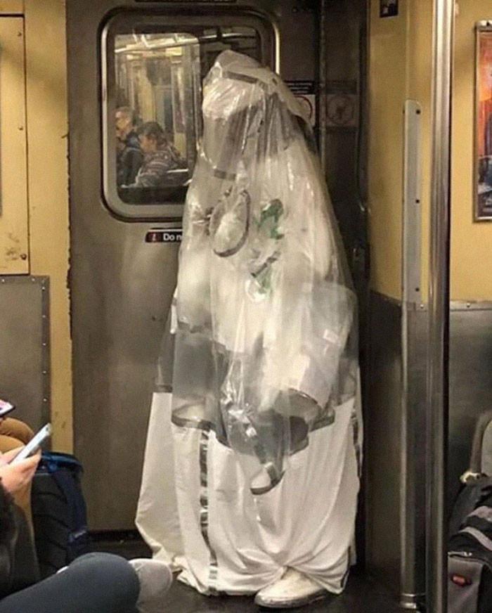 Фантазия или глупость: смешные фото, которые показывают, на что люди готовы, чтобы не носить маски - фото 9