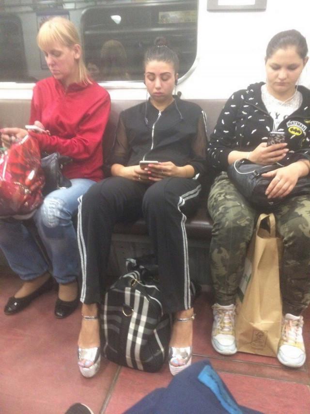 Добірка смішних та дуже дивних пасажирів в метро (Фото) - фото 4