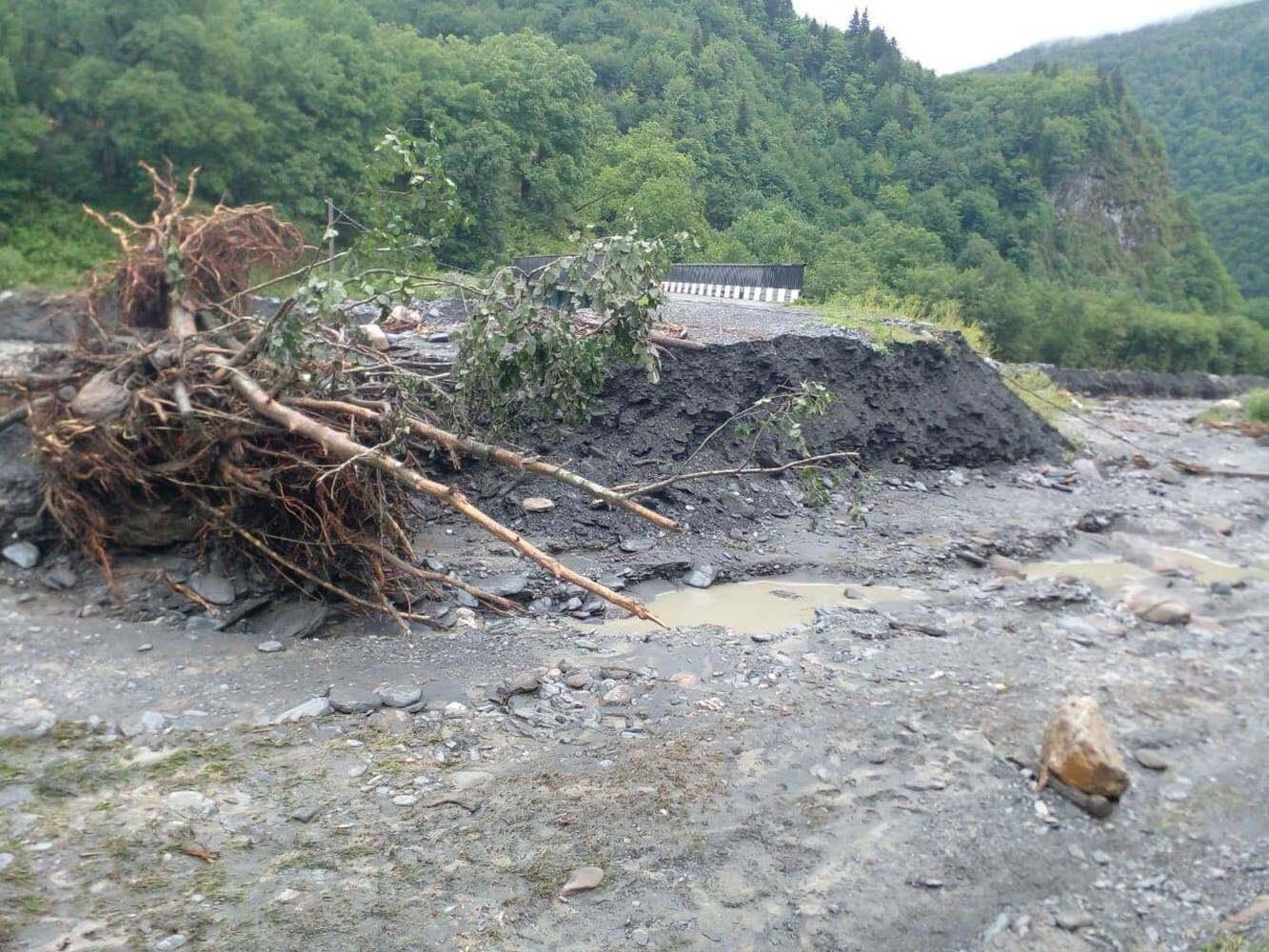 У Грузії потужні зливи руйнують дороги мости і міста (ФОТО) - фото 4