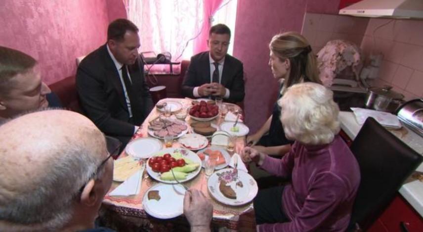 Зеленський пригостив західних журналістів салом на кухні своїх батьків (ФОТО) - фото 2