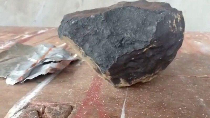 На дом индонезийца упал камень и сделал его миллионером - фото 2