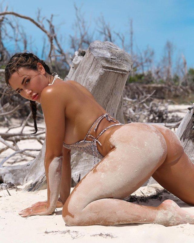 Спокуслива дівчина-тренерка захопила новим фото на пляжі - фото 2