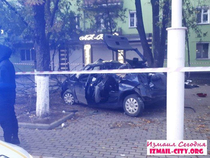 Удар був такої сили, що дерево виявилося вирваним з коренем - в Одеській області страшне ДТП, яке забрало життя - фото 2