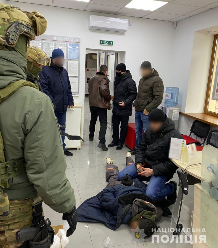 В Мариуполе мужчина захватил заложников в банке  - фото 2