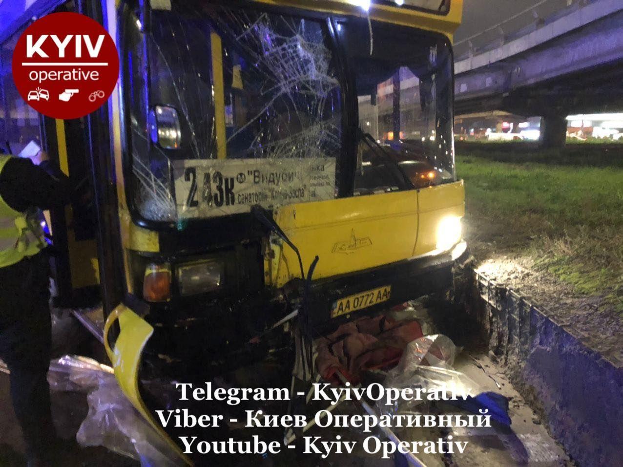Смертельное ДТП в Киеве - автобус снес остановку, полную людей - фото 4