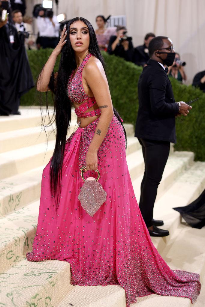 Дерзкая дочь Мадонны показала волосатые подмышки всему миру - фото 3
