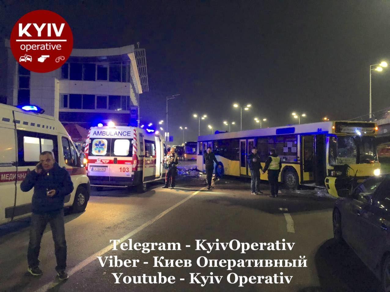 Смертельное ДТП в Киеве - автобус снес остановку, полную людей - фото 8