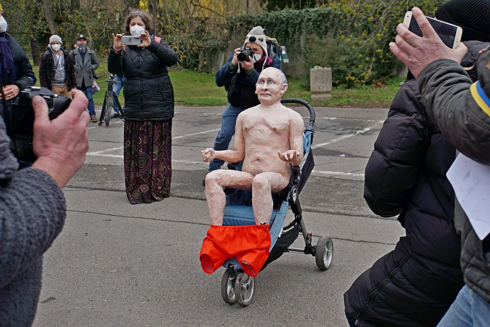 В Чехии установили статую голого Путина: где и зачем (ФОТО, ВИДЕО) - фото 2