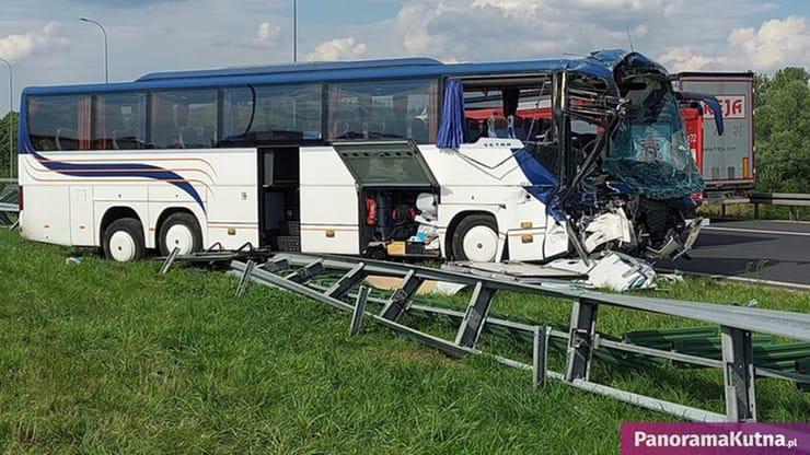 В Польше автобус, перевозивший детей, столкнулся с грузовиком: есть пострадавшие (ФОТО) - фото 2