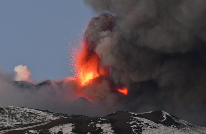 Вулкан Этна на Сицилии начал внезапное извержение в последних лучах солнца (видео) - фото 5