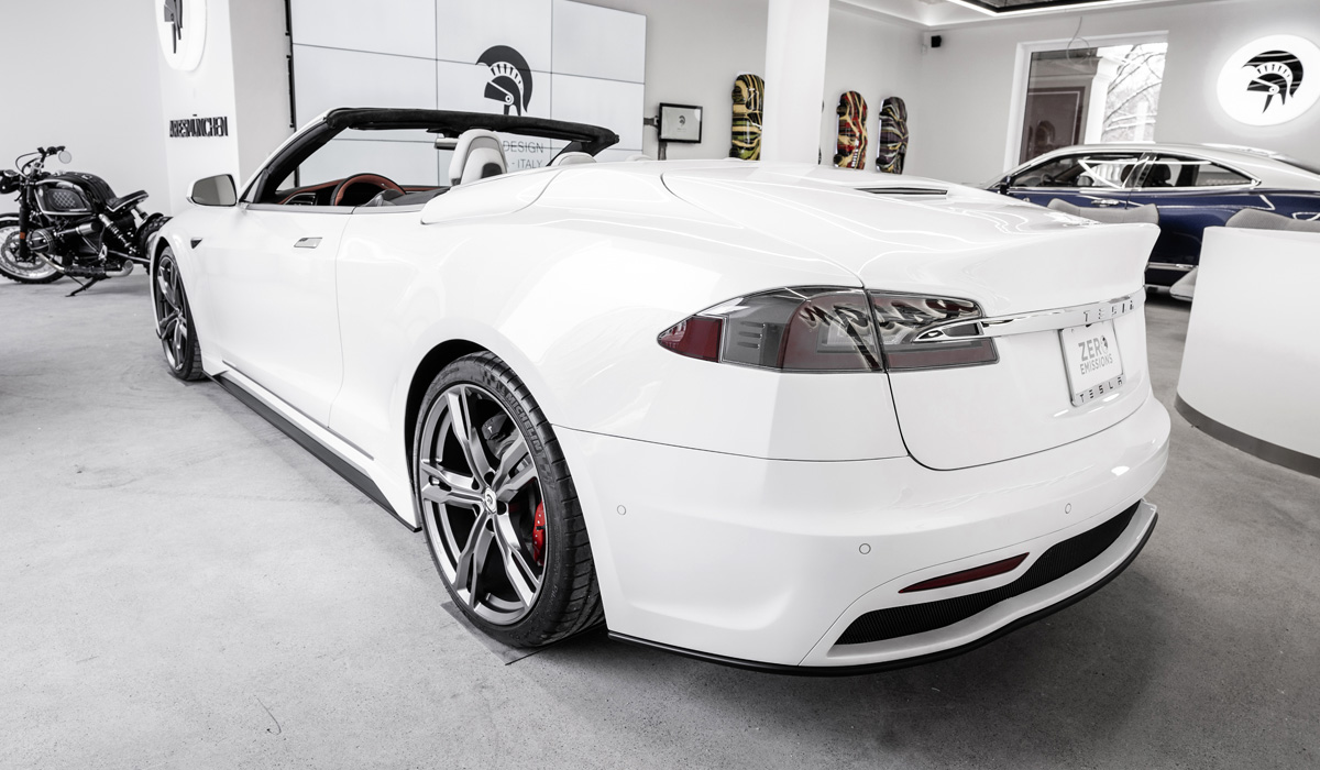 С легкой руки итальянских дизайнеров автомобиль Tesla превратился в роскошный кабриолет - фото 4