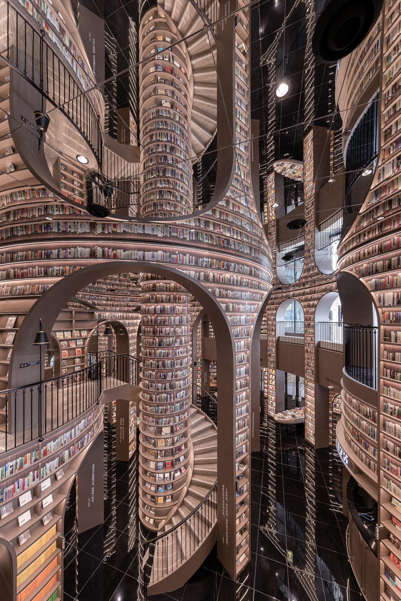 Книги від підлоги до стелі: у Китаї відкрився книжковий магазин із неймовірним інтер'єром - фото 3