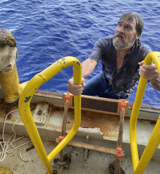 Біля берегів США врятували моряка, який дрейфував на перевернутій яхті - фото 2