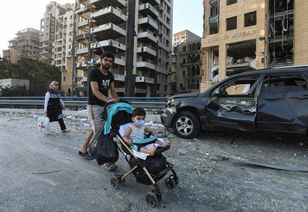 В Сети набирают популярность трогательные видео, как взрослые спасают малышей от взрыва в Бейруте - фото 2