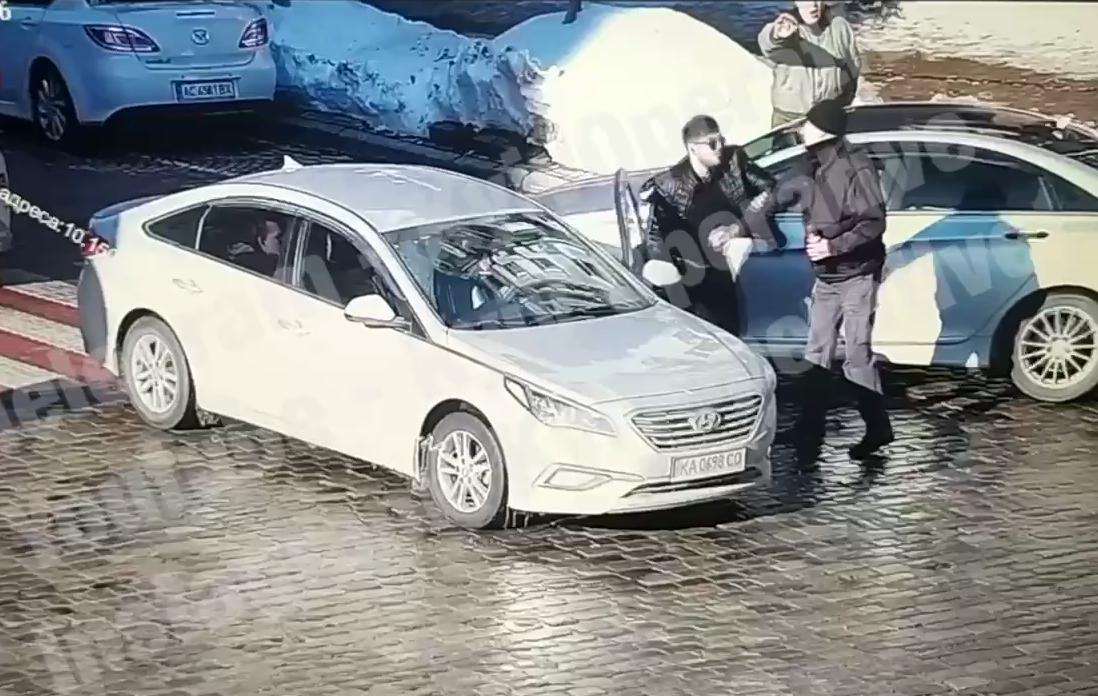 Смертельный удар: в Киеве водитель иномарки подрался с пешеходом (ФОТО) - фото 4