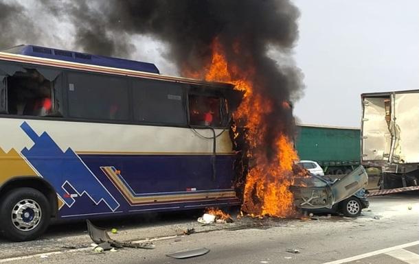 В Бразилии пассажирский автобус попал в массовое ДТП: есть погибшие и раненые (ФОТО) - фото 2