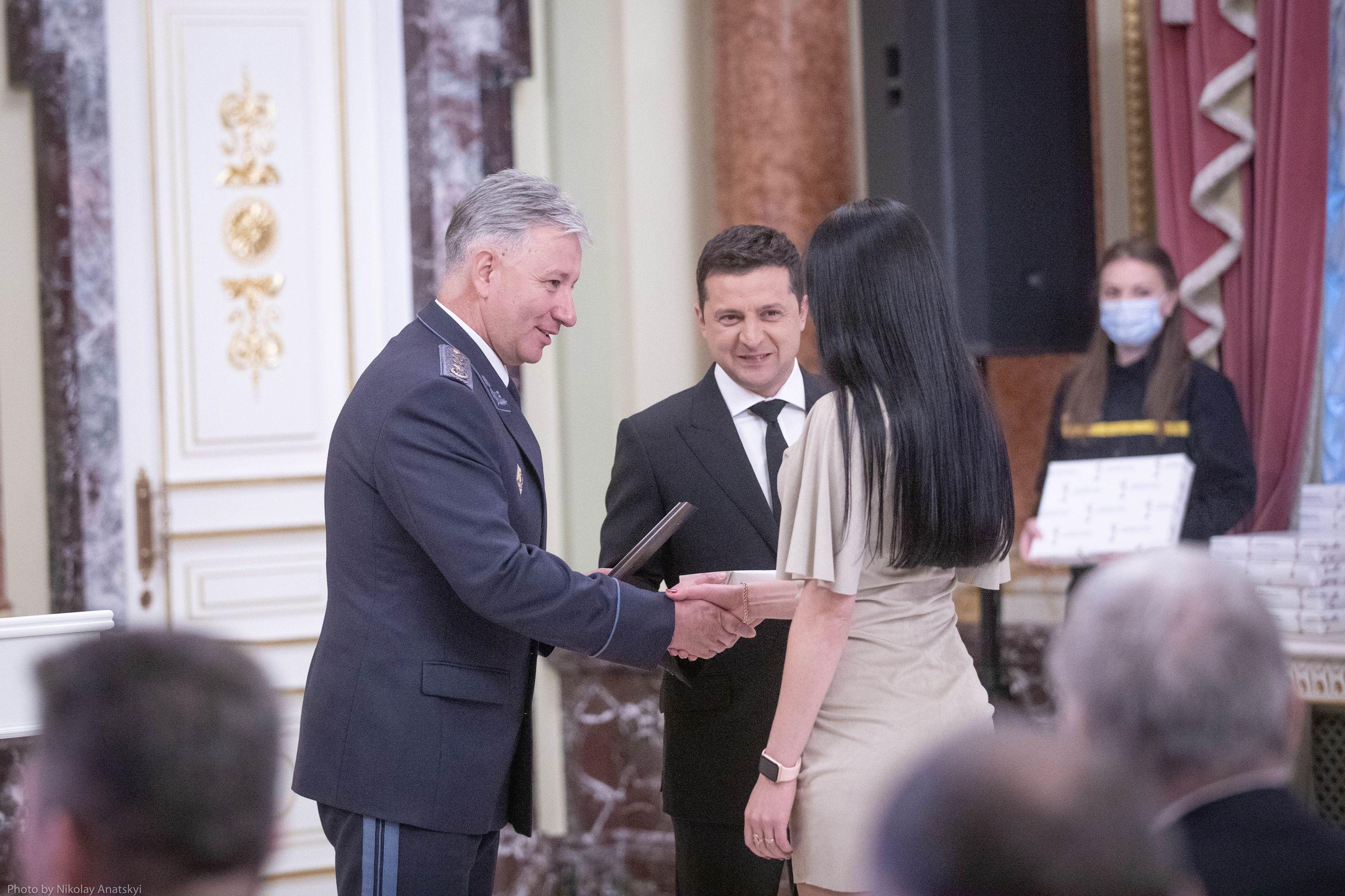 Школярі, пенсіонери, водії: хто отримав нагороди від президента - фото 2