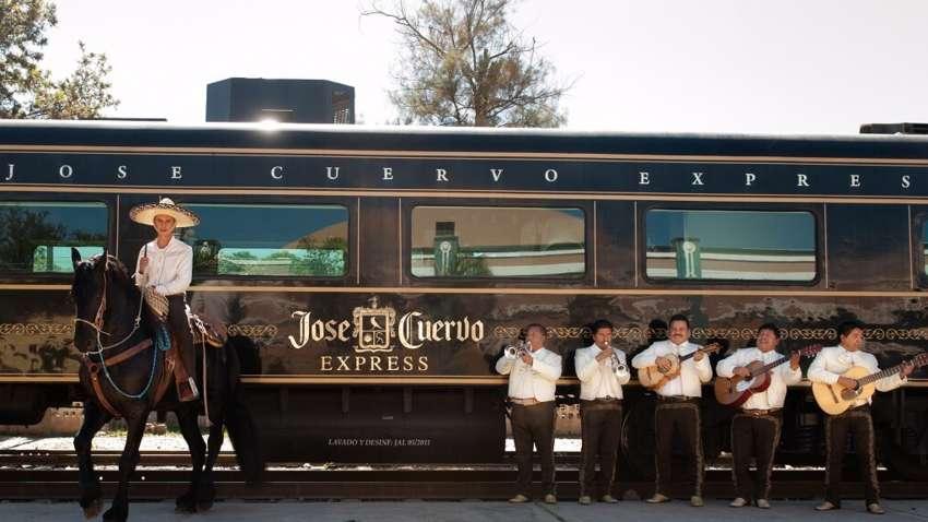Всем текилы: в Мексике начал курсировать локомотив с безлимитным алкоголем (Фото)