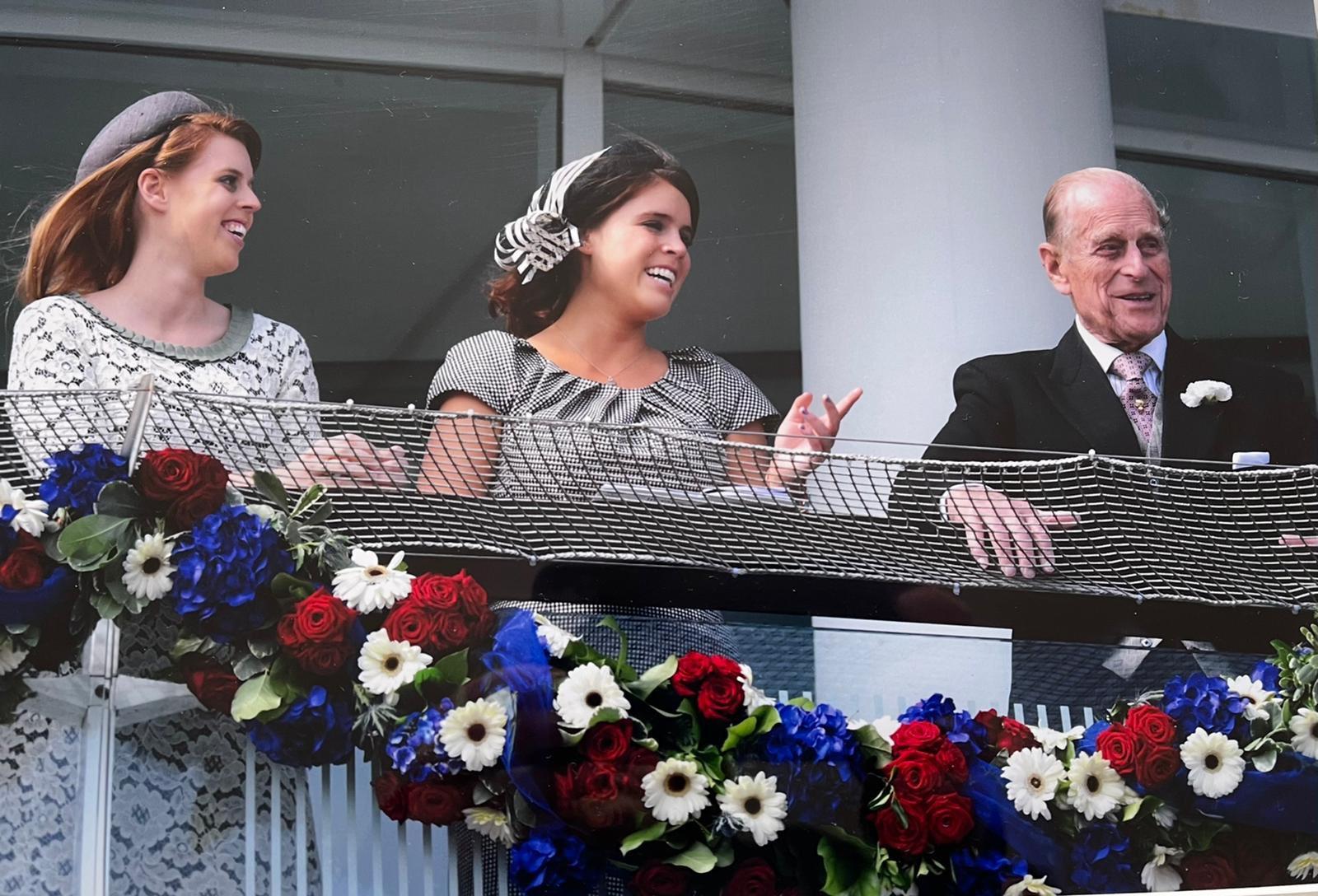 Букингемский дворец опубликовал редкие семейные фото с принцем Филиппом - фото 4