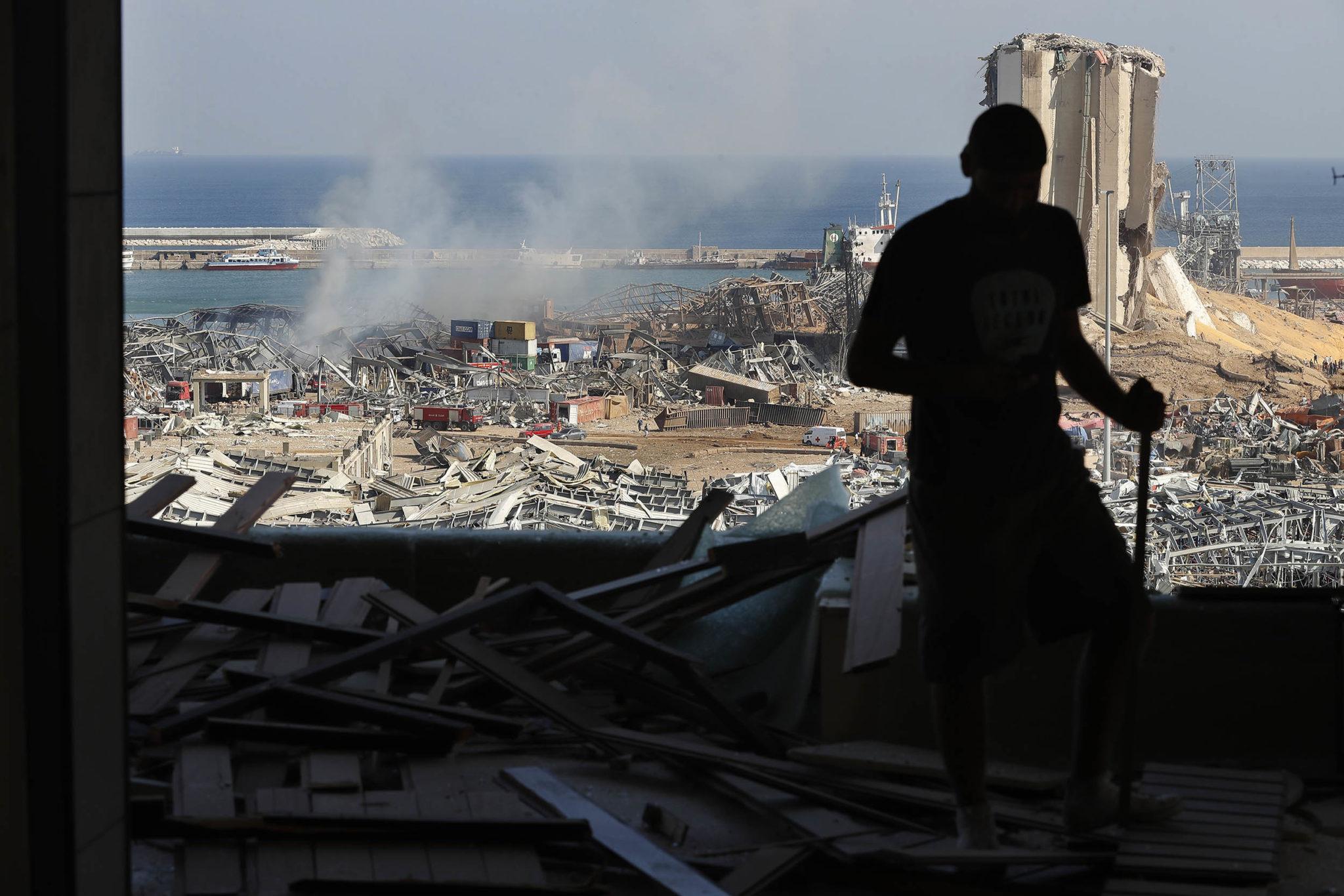 Будто кадры из фильма про Армагеддон: как выглядит Бейрут после взрывов (ФОТО, ВИДЕО) - фото 16