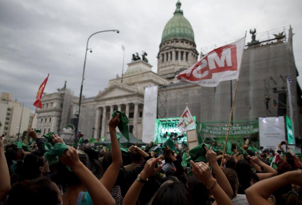 В Аргентине тысячи женщин вышли на митинг за легализацию абортов (ФОТО) - фото 5