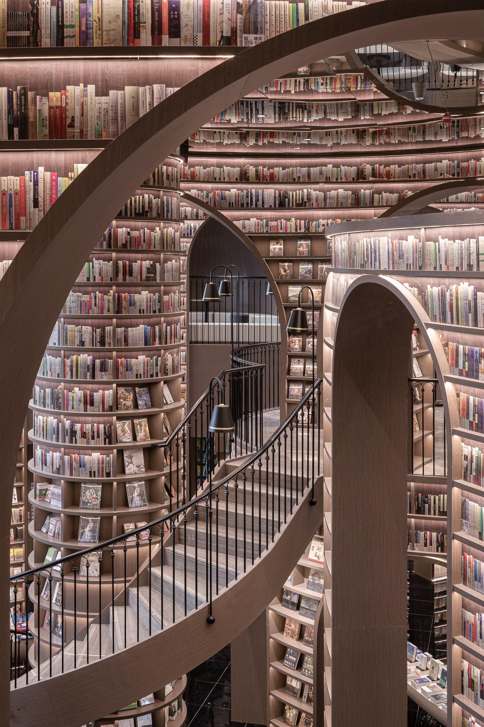 Книги від підлоги до стелі: у Китаї відкрився книжковий магазин із неймовірним інтер'єром - фото 4