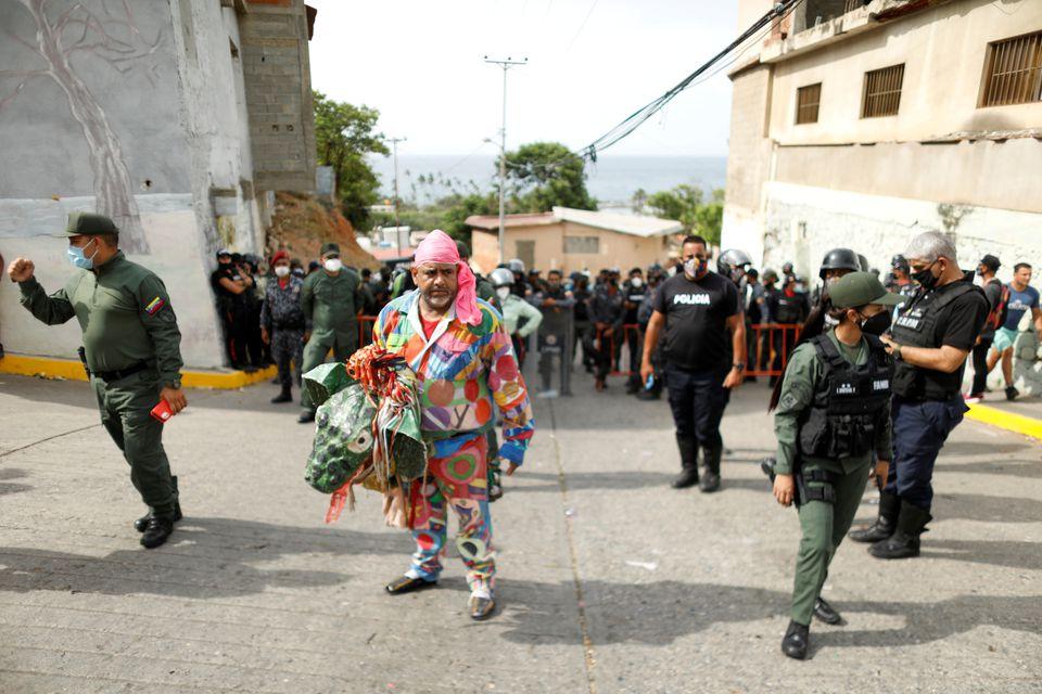 Как танцующие дьяволы в Венесуэле пытаются прогнать коронавирус – фоторепортаж - фото 5