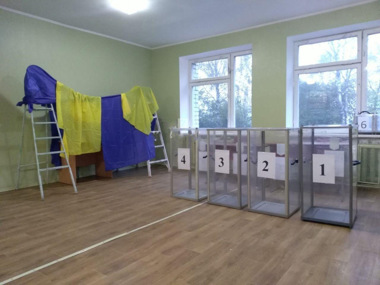 Курйозні фото з виборчих дільниць - як викручувалися виборчкоми при відсутності кабінок для голосування - фото 10