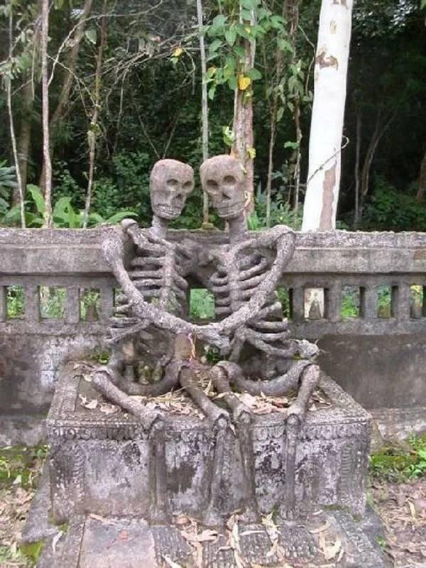 Странные, душераздирающие и забавные - 25 необычных надгробий со всего мира - фото 7
