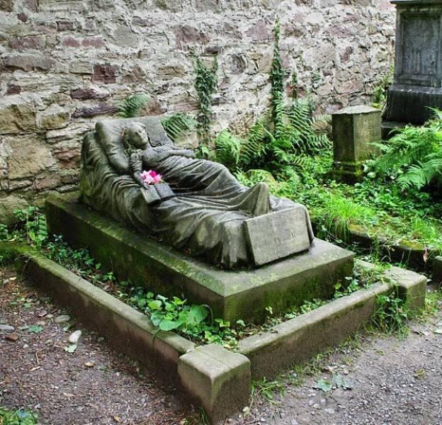 Странные, душераздирающие и забавные - 25 необычных надгробий со всего мира - фото 8
