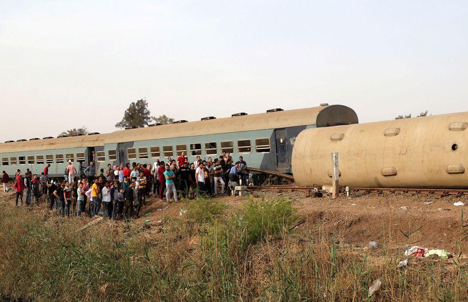 Вагони лягли на бік: смертельна аварія з поїздом в Єгипті (ФОТО) - фото 3