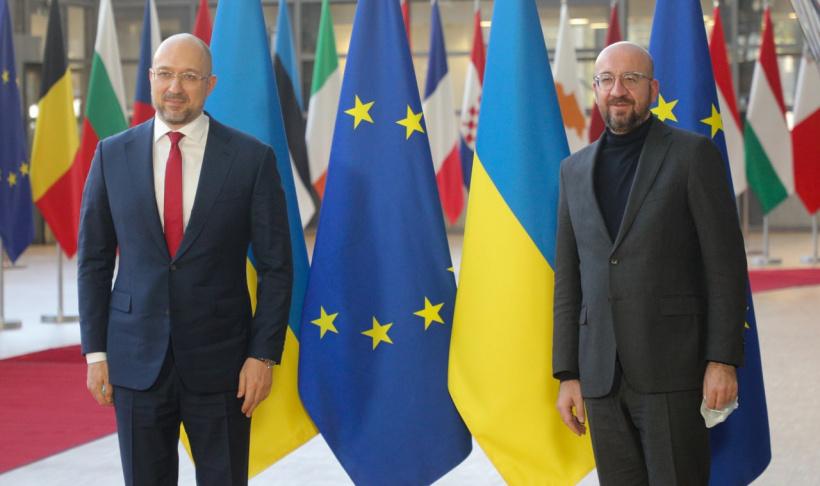 Український прем'єр «знайшов» у ЄС «брата-близнюка»: Мережа бурхливо обговорює фото Шмигаля і Мішеля - фото 2