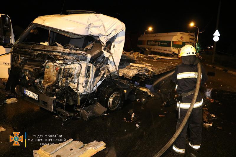 В Днепре произошло ДТП с четырьмя грузовиками: есть ли жертвы (ФОТО, ВИДЕО) - фото 2