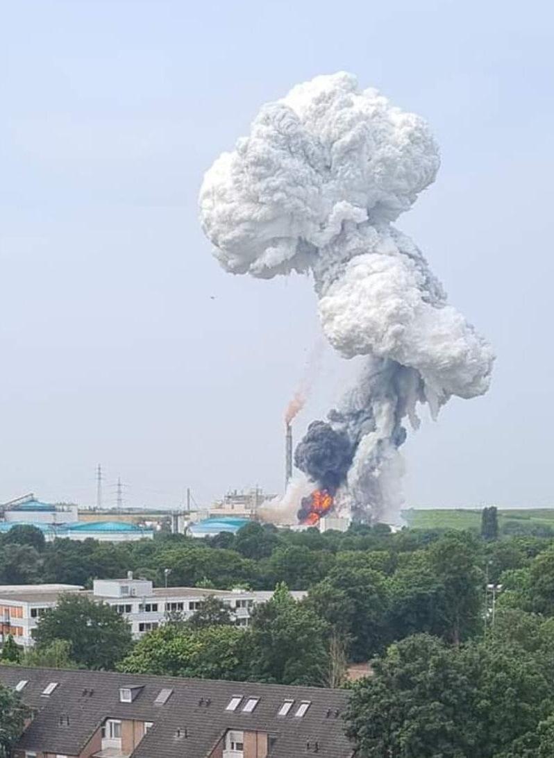 В Германии на химзаводе произошел мощный взрыв: людям сказали не открывать окна (ВИДЕО, ФОТО) - фото 2