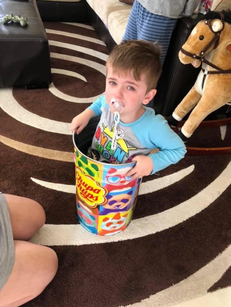 Веселая операция по спасению из жестяного плена 4-летнего малыша  - фото 2