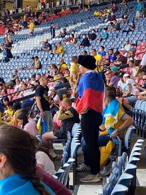 """Российского фаната, опрометчиво зашедшего с """"триколором"""" в украинскую фан-зону, пришлось насильно """"украинизировать"""" (фото, видео) - фото 3"""