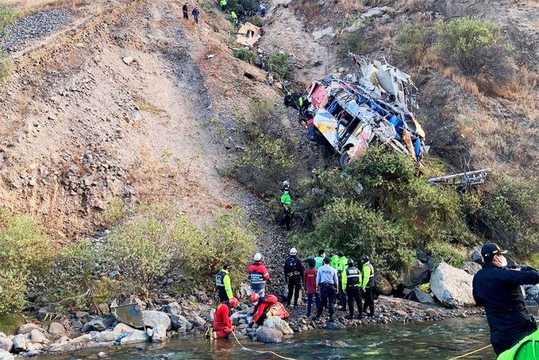 В Перу автобус с пассажирами упал в глубокое ущелье: много погибших и раненых (ФОТО) - фото 2