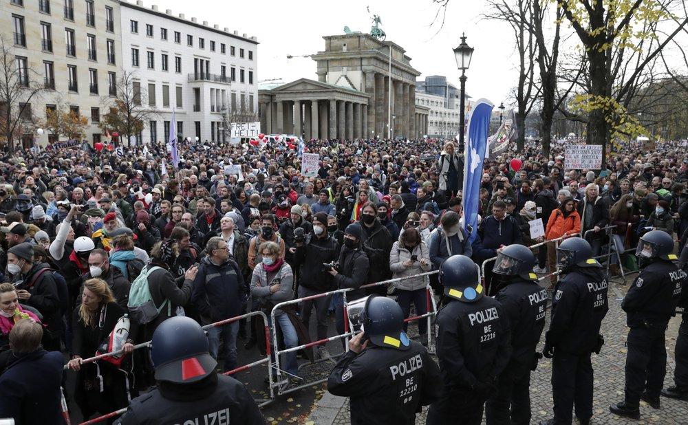 У Берліні протестують проти карантинних обмежень: фото, відео (оновлено) - фото 5