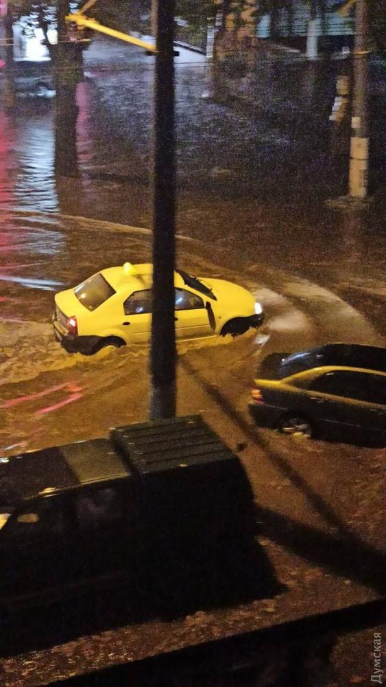 Поплыла из-за дождя: как Одесса справилась с мощнейшей непогодой (ФОТО, ВИДЕО) - фото 12