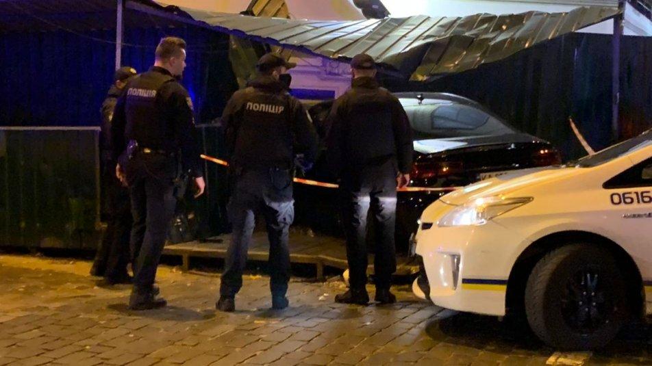 """В центре Киева Ауди """"не разминулся"""" с домом, есть травмированные - водитель нагло покинул место происшествия - фото 5"""