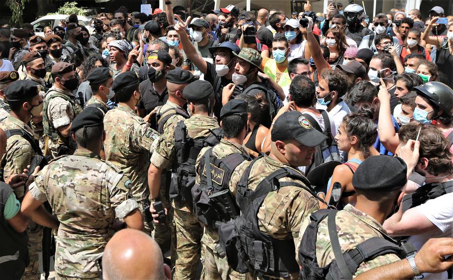 Уничтоженный Бейрут захлестнули драки и антиправительственные костры (фоторепортаж) - фото 8