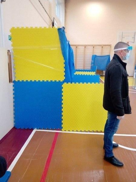 Динозавры, Путин в бюллетене и странные кабинки: подборка курьезов во время выборов - фото 2