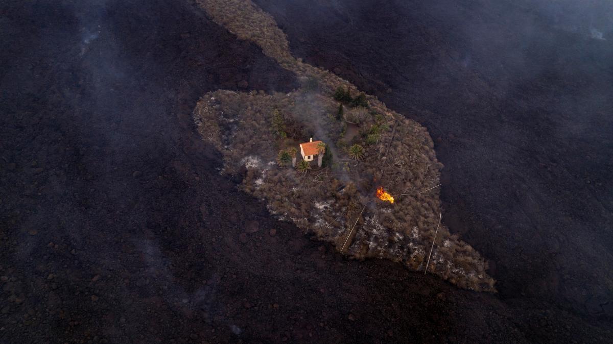 """Раскалённая лава из вулкана на Канарах продолжает """"пожирать"""" дома местных жителей (ФОТО) - фото 3"""