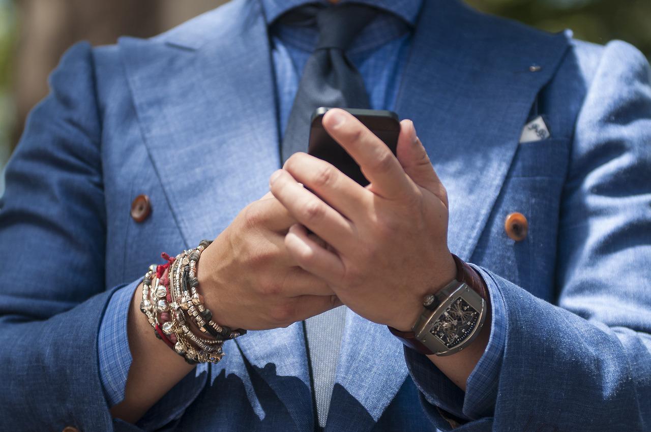 Мужчины в красивых браслетах на руках фото