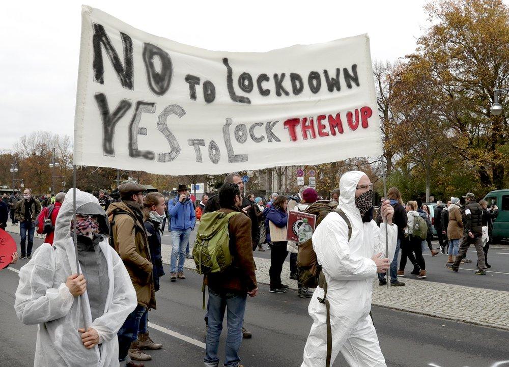 У Берліні протестують проти карантинних обмежень: фото, відео (оновлено) - фото 2