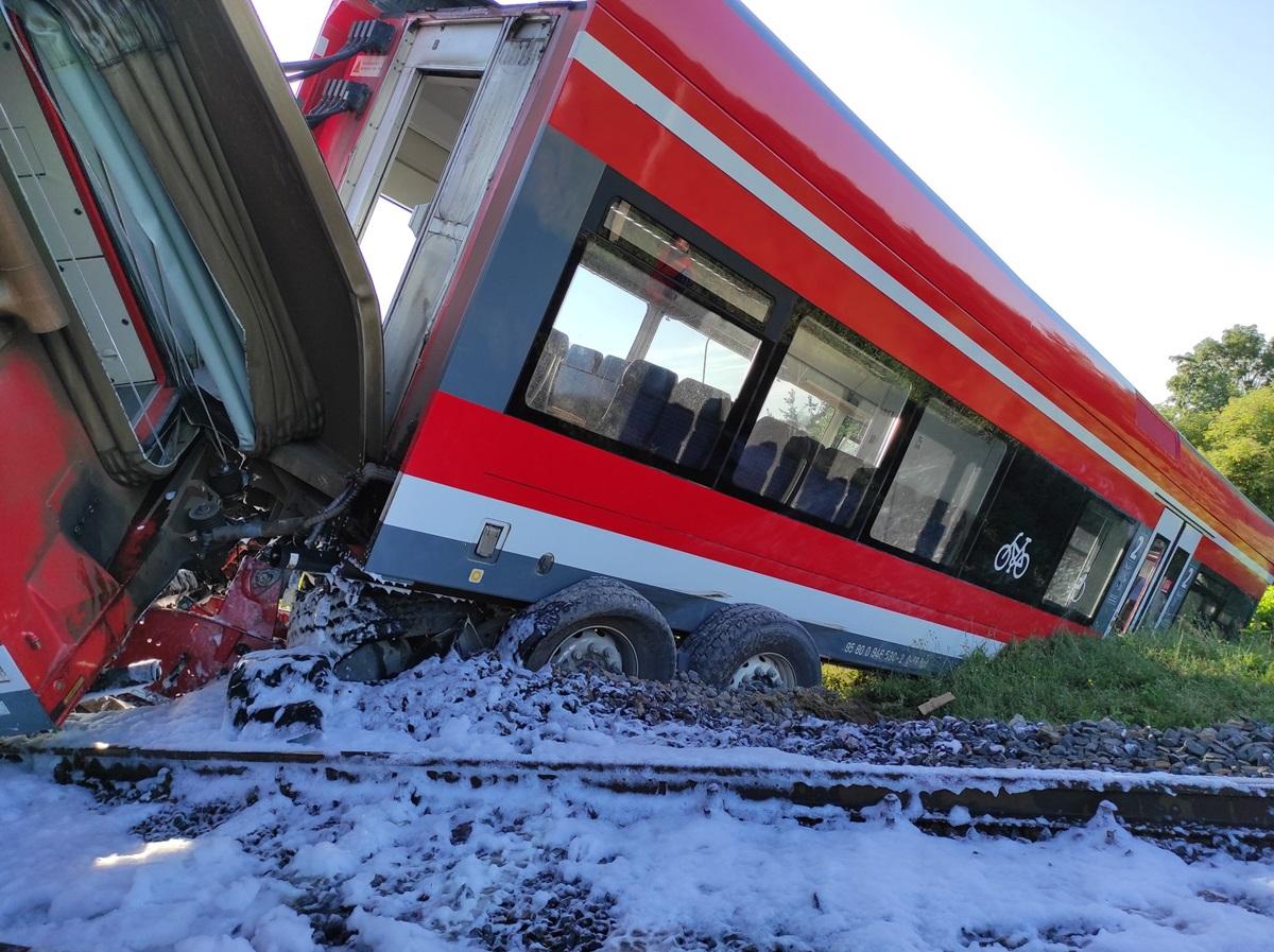 У Польщі пасажирський поїзд зійшов з рейок: є постраждалі (ФОТО) - фото 2