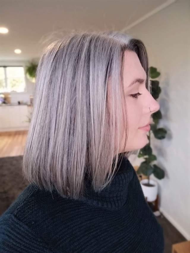 Дівчина, яка почала сивіти в 13 років, перестала фарбувати волосся: як вона виглядає зараз - фото 3