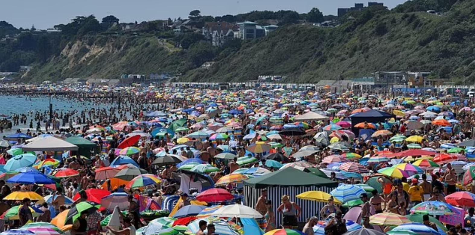 На пляже в Великобритании мужчина изнасиловал школьницу на глазах у тысяч отдыхающих (ФОТО) - фото 2